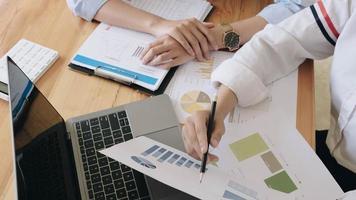 två affärskvinnor som analyserar den finansiella rapporten foto