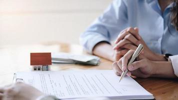 fastighetsmäklare och kund undertecknar kontrakt foto