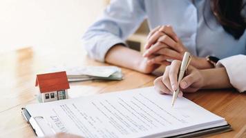 kund undertecknar fastighetskontrakt foto
