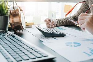 närbild av affärskvinna som arbetar med rapporten foto