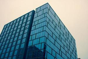 höghus med glasfönster foto