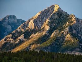 stenigt bergslandskap vid solnedgången foto