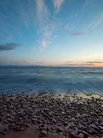 stenig strand i vancouver vid solnedgången foto