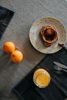 bröd med sylt och frukter till frukost foto