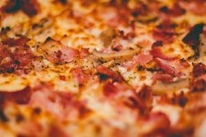 bakad pizza på nära håll foto