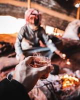 första person synpunkt dricka te i Mellanöstern tält foto