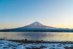 montera fuji i japan vid sjön kawaguchi foto