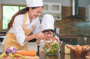 mor och barn förbereder en sallad tillsammans