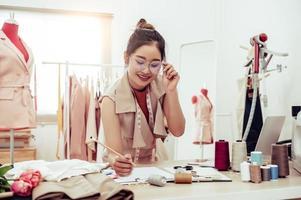 kvinnlig modedesigner som arbetar på kontoret foto