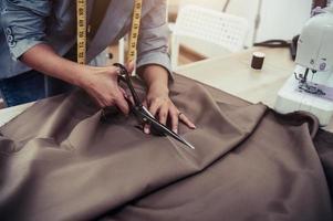 klädtillverkare skär tyg foto