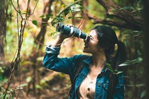 kvinnan fåglar i skogen