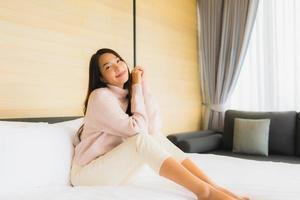 kvinna avkopplande på sängen foto