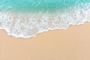 sommarstrandbegrepp av en havvåg på tom sandstrand