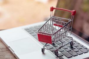 konceptuell bild av mini shopping cart
