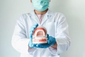 närbild av tandläkare foto