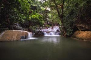 natur scen med vattenfall under dagen