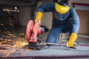 hantverkare svetsar stål på byggarbetsplatsen foto