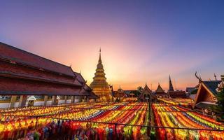 solnedgång över Yi Peng-festivalen i Thailand foto