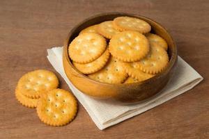 rund saltad cracker i träskål