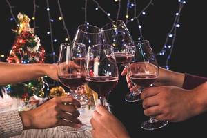 vänner firar på semesterfest foto