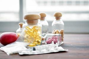 medicinska förnödenheter på ett skrivbord foto