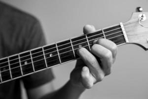 man spelar gitarr