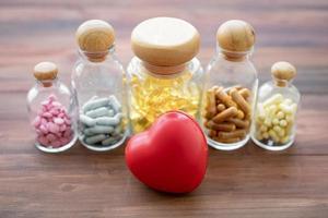medicin i glasflaskor med hjärta foto
