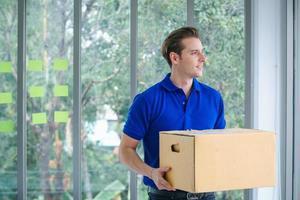leveransman som håller ett paket som ser bort från kameran foto