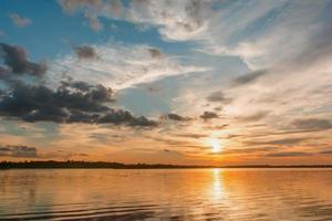solnedgång vid en sjö foto
