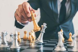 en schackspelare som gör checkmate foto