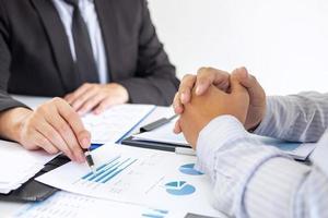 två personer diskuterar affärsplan