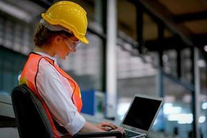 kvinna ingenjör arbetar på bärbar dator foto