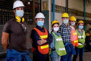 professionella industriarbetare står tillsammans