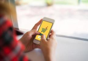 shoppa online på smartphone foto