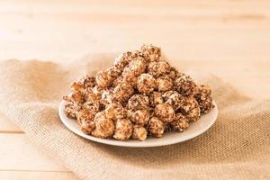choklad täckt popcorn foto