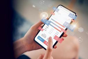 handlare som analyserar aktiemarknaden på smartphone foto