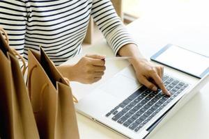 kvinna shoppar online