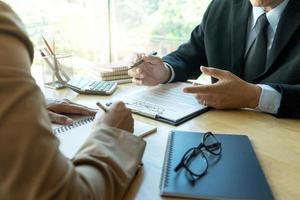 affärsman och advokat som tittar över kontraktet