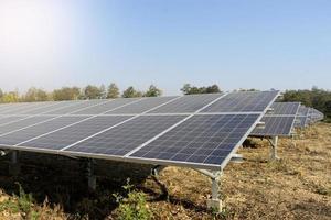 sol gård som ger grön energi foto