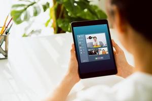 affärskvinna videosamtal till team online. foto