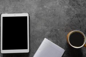 kaffepaus på grått bord foto