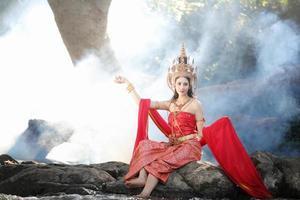 kvinna poserar bär traditionell thai klänning foto