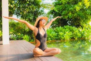 kvinna avkopplande vid poolen foto