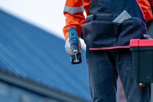 närbild av arbetaren som håller kraftborr foto