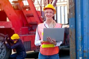 tekniker som står utanför fabriken med laptop foto