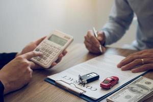 finansiell rådgivare som beräknar fakturan för klienten foto