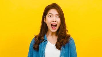 porträtt av ung asiatisk kvinna i studio
