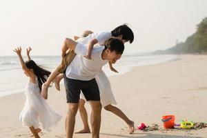 ung asiatisk familj på semester foto