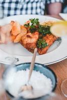 fish and chips med garnering på restaurangen foto