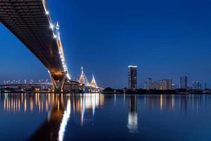 bhumibol bridge i bangkok thailand foto